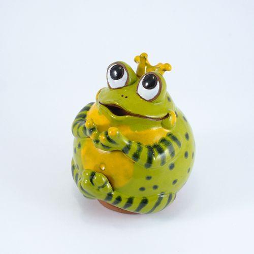 Frog queen garden decoration